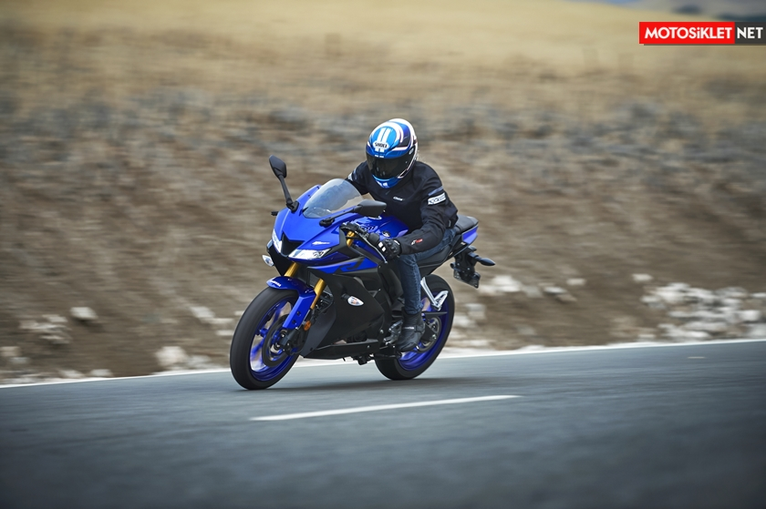 2019-Yamaha-YZF-R125-EU-Yamaha_Blue-Action-011