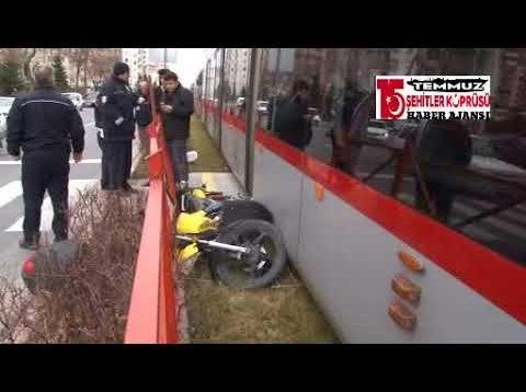 Dalgınlığın bedeli ağır oldu…Tramvay, motosikletliye böyle çarptı