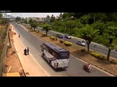 Yol kavgası – Taş Atarak Otomobile Kaza Yaptırdı